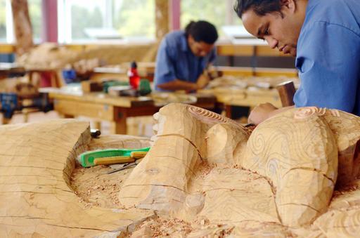 Sculpteur sur bois maori