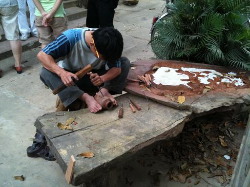 Sculpteur sur bois vietnamien