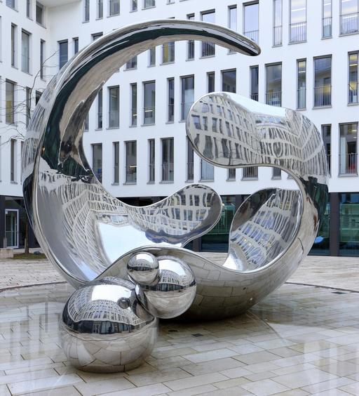 Sculpture d'une molécule de gaz à Munich
