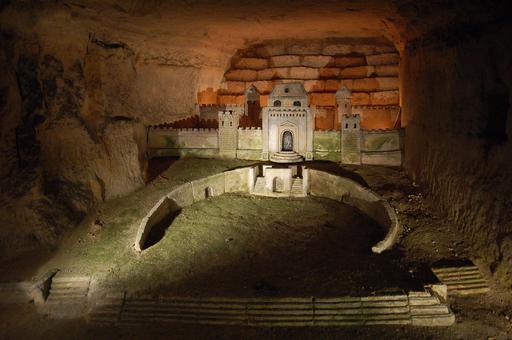 Sculpture dans les catacombes de Paris