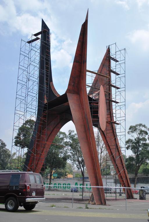 Sculpture de Calder en cours de rénovation à Mexico