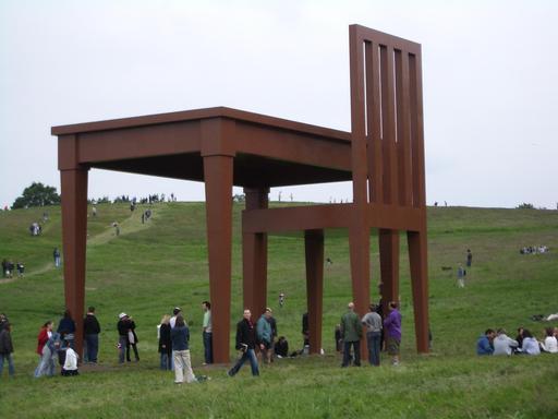 Sculpture de table et chaise géantes