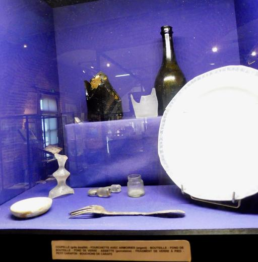 Service de table en provenance des recherches archéologiques à Vanikoro