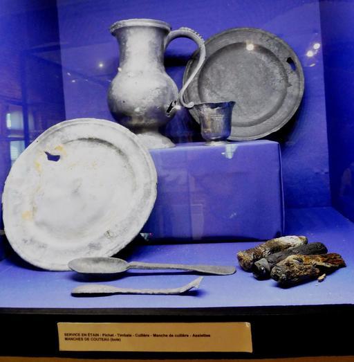Service en étain en provenance des recherches archéologiques à Vanikoro