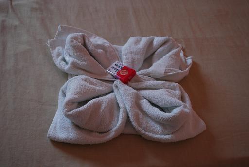Serviette de bain pliée en forme de fleur