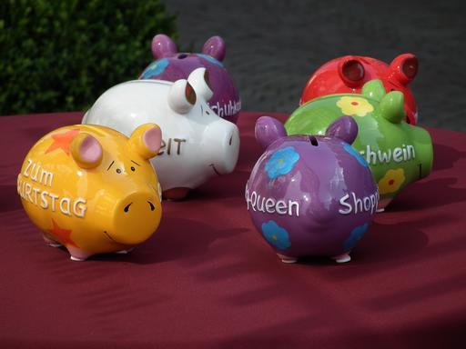 Six tirelires en forme de cochons