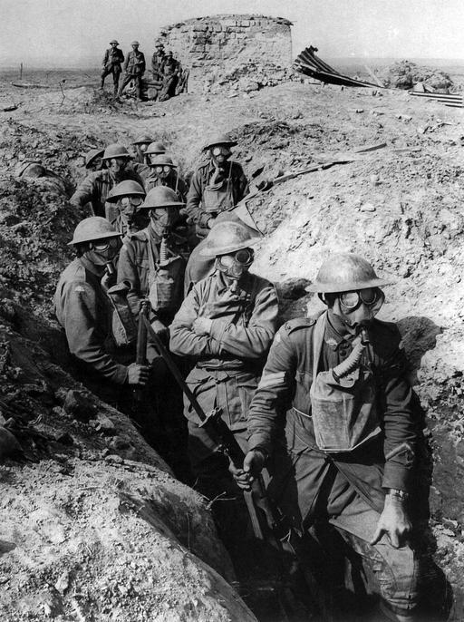 Soldats australiens avec masques à gaz à Ypres en 1917