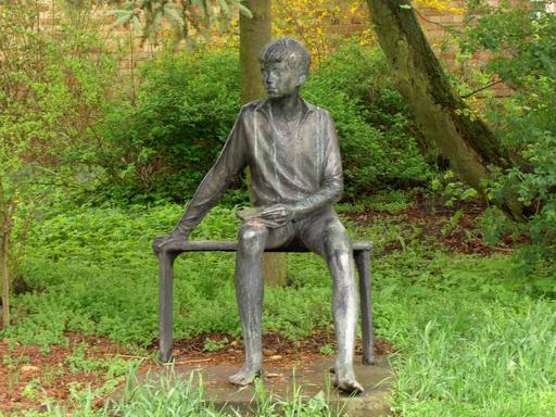 Statue d'un jeune lecteur sur un banc en 1972
