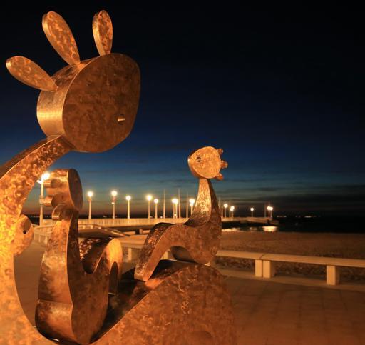 Statue de Charles Stratos à Arcachon-33 sur le front de mer, 21 juin 2015.