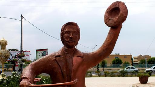Statue de cycliste saluant