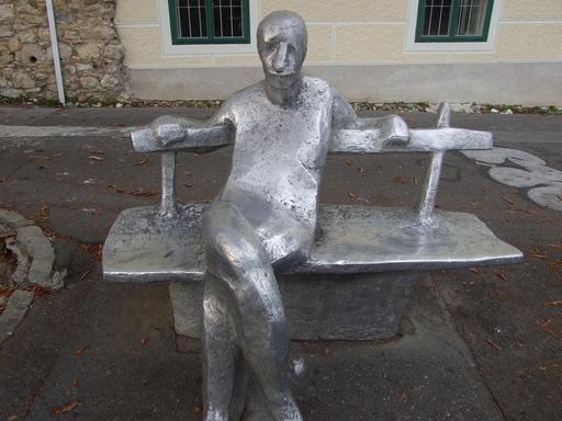 Statue de l'homme sur un banc