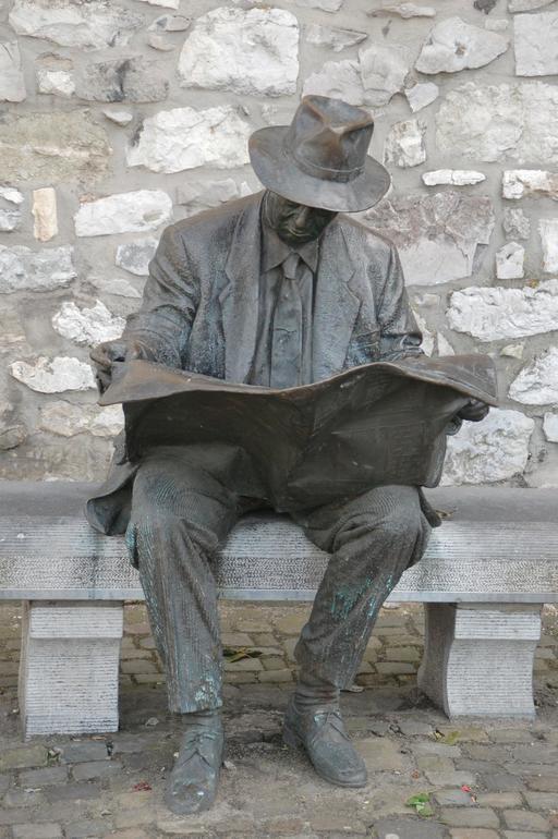 Statue de lecteur assis