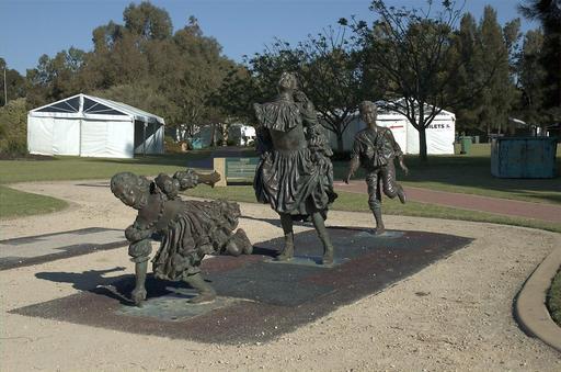 Statue de trois enfants jouant à la marelle