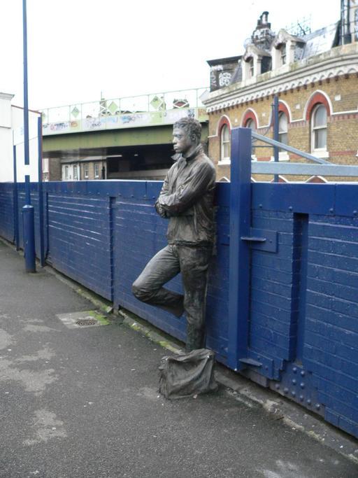 Statue en bronze près de la gare