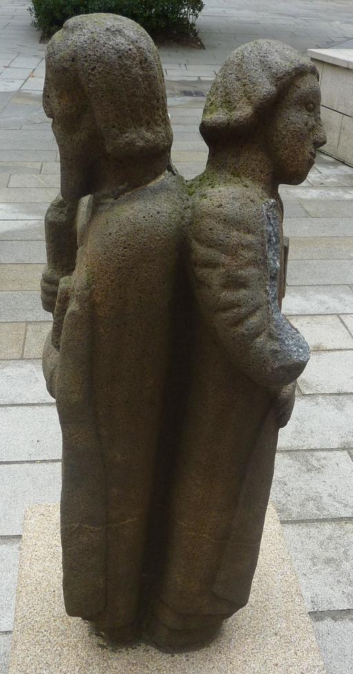 Statue géminée en pierre