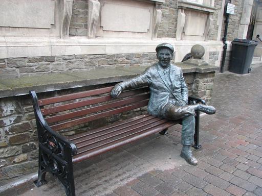 Statue sur un banc