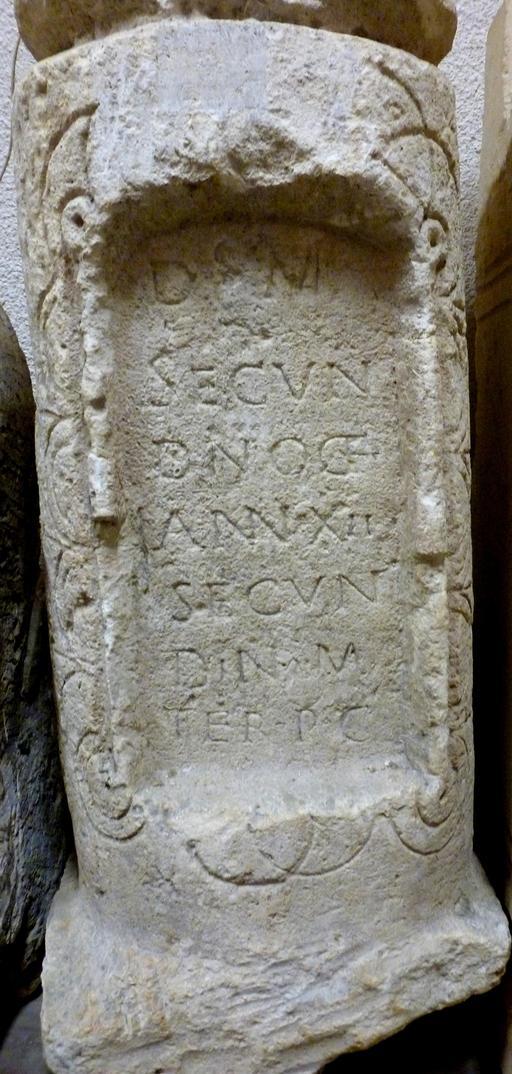 Stèle funéraire en forme de miliaire à Bordeaux