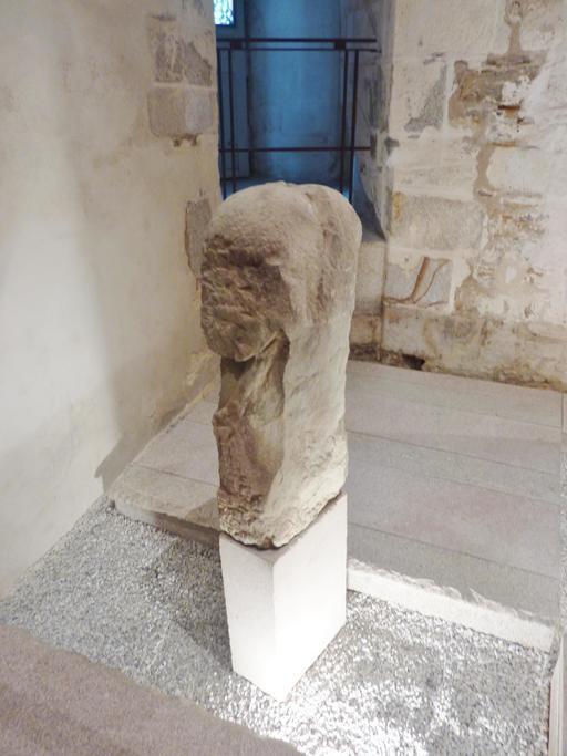 Stèle gauloise deux têtes adossées