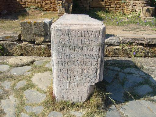 Stèle romaine gravée de Sala Colonia au Maroc