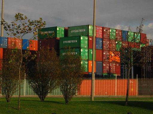 Stockage de conteneurs métalliques dans un port