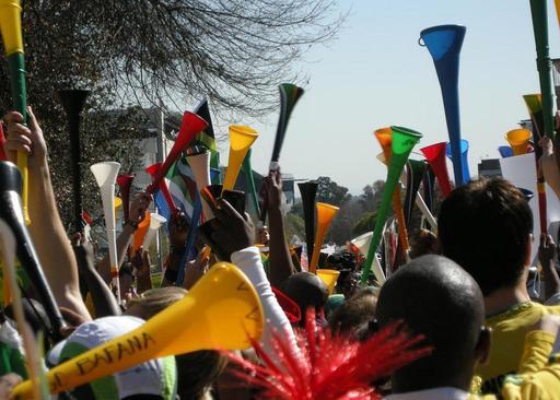 Supporteurs avec des vuvuzelas