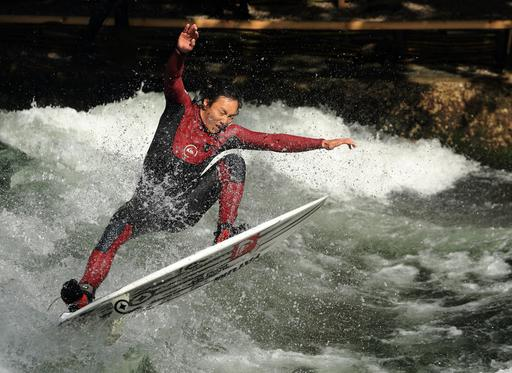 Surfer sur l'Eisbach à Munich