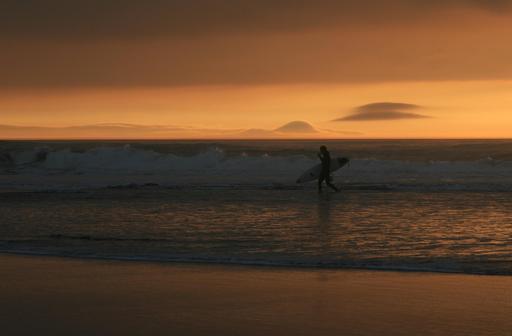 Surfeur en bord de mer