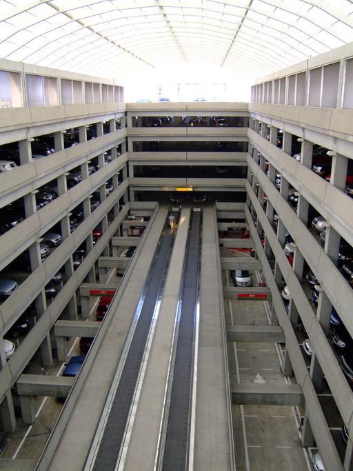 Tapis roulants dans le parc de stationnement d'un aéroport
