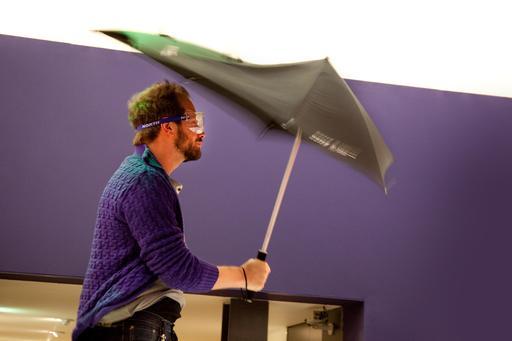 Test de parapluie dans le vent