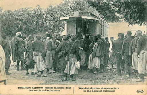 Tirailleurs algériens blessés installés dans les autobus d'ambulance