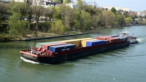 Transport de conteneurs sur la Seine