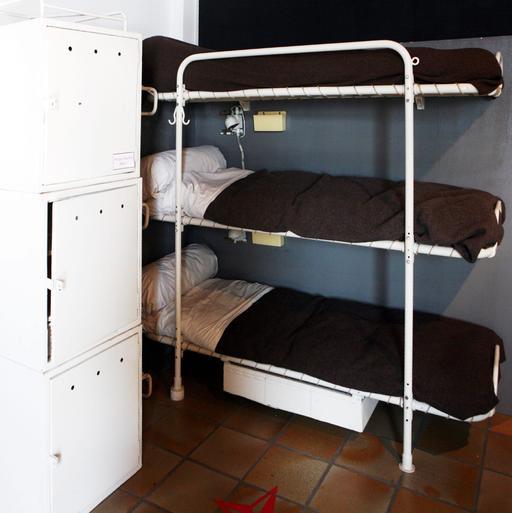 Trois lits superposés dans un porte-avion