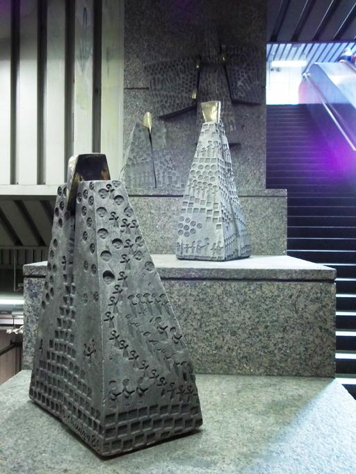 Trois pyramides au métro de Montréal