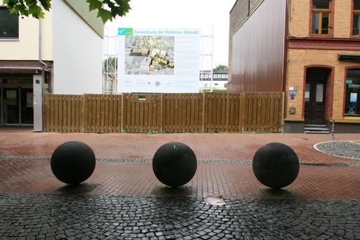 Trois shpères en pierre