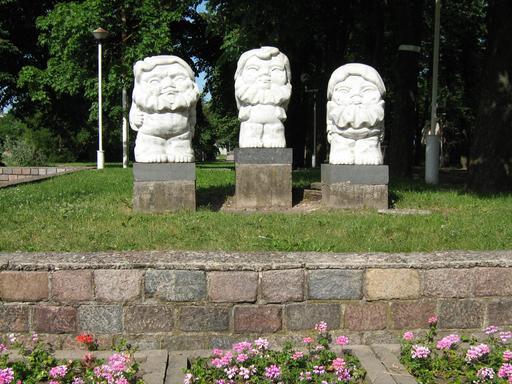 Trois statues de gnomes en Lituanie