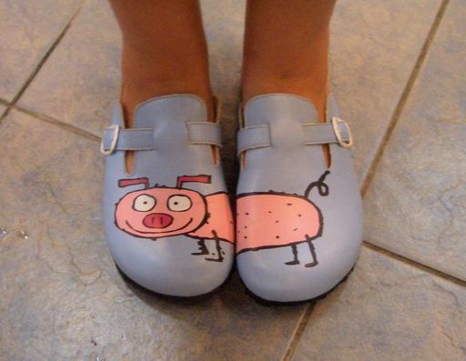 Un demi-cochon par sandale