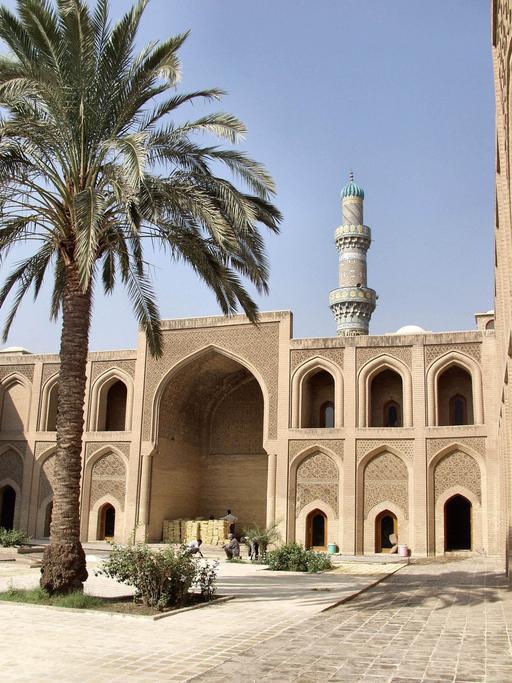 Le minaret à l'arrière-plan servait pour des observations et mesures astronomiques. Fondée en 1233, elle avait un caractère international très marqué, puisqu'elle avait la particularité de comprendre quatre madhabs, équivalents des nations des universités occidentales, qui regroupaient des étudiants de tout l'espace conquis par l'islam en fonction de leur origine. L'Espagne et l'Afrique du Nord, par exemple, étaient rattachées au madhab des malékites.