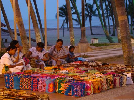 Vente de sacs indiens wayuu en Colombie