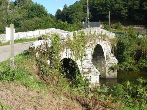 Vieux pont sur l'Aulne à Poullaouen dans le Finistère