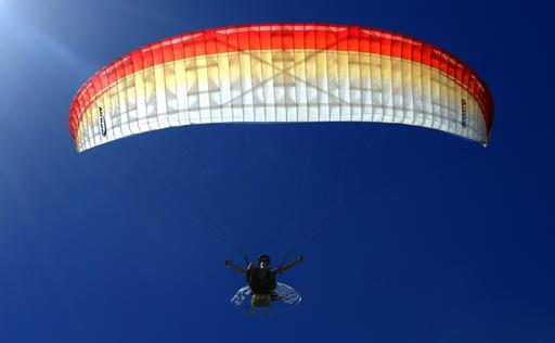 Vol en parapente avec moteur