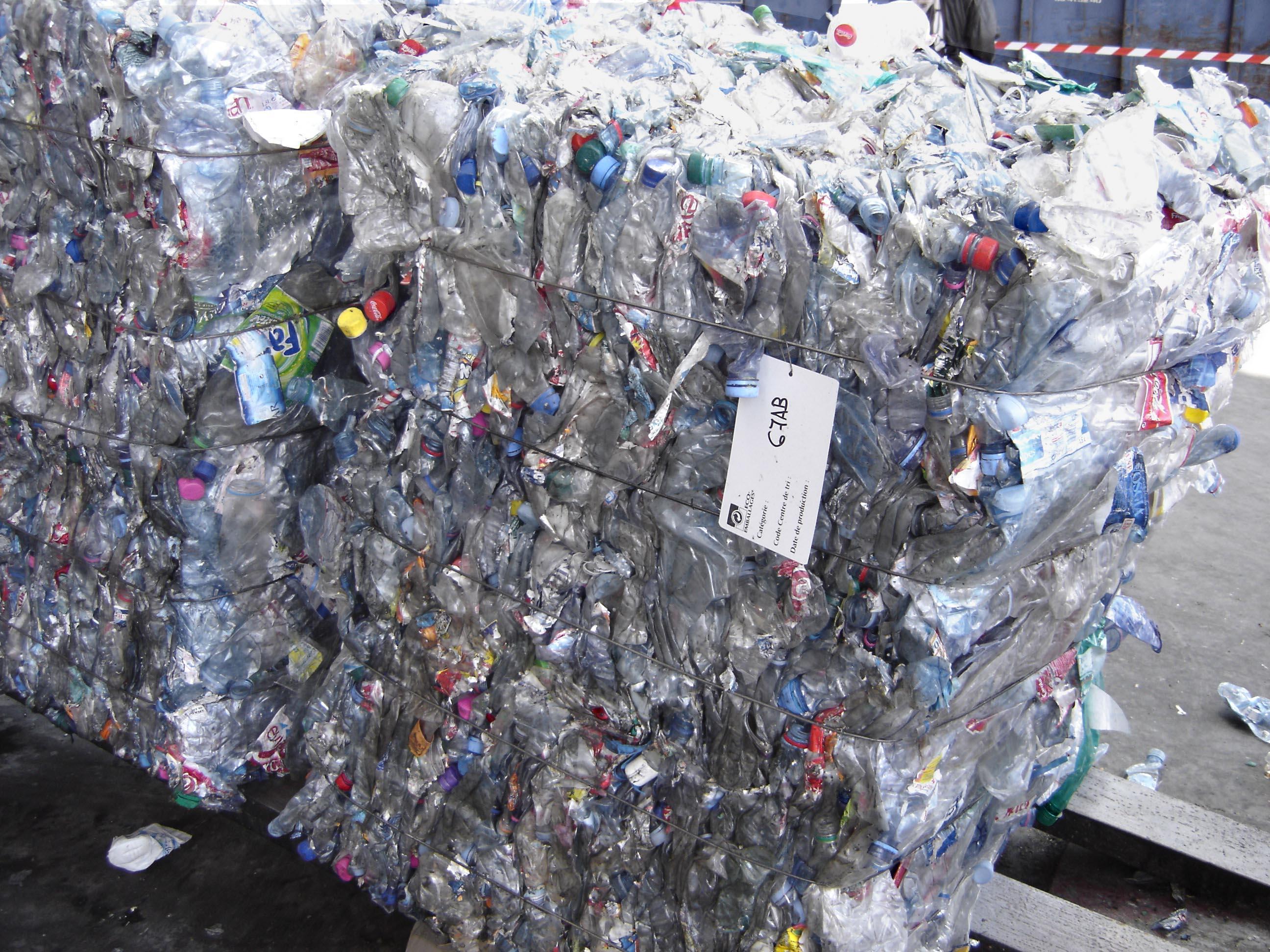 Ballots de bouteilles de plastique après tri des déchets.