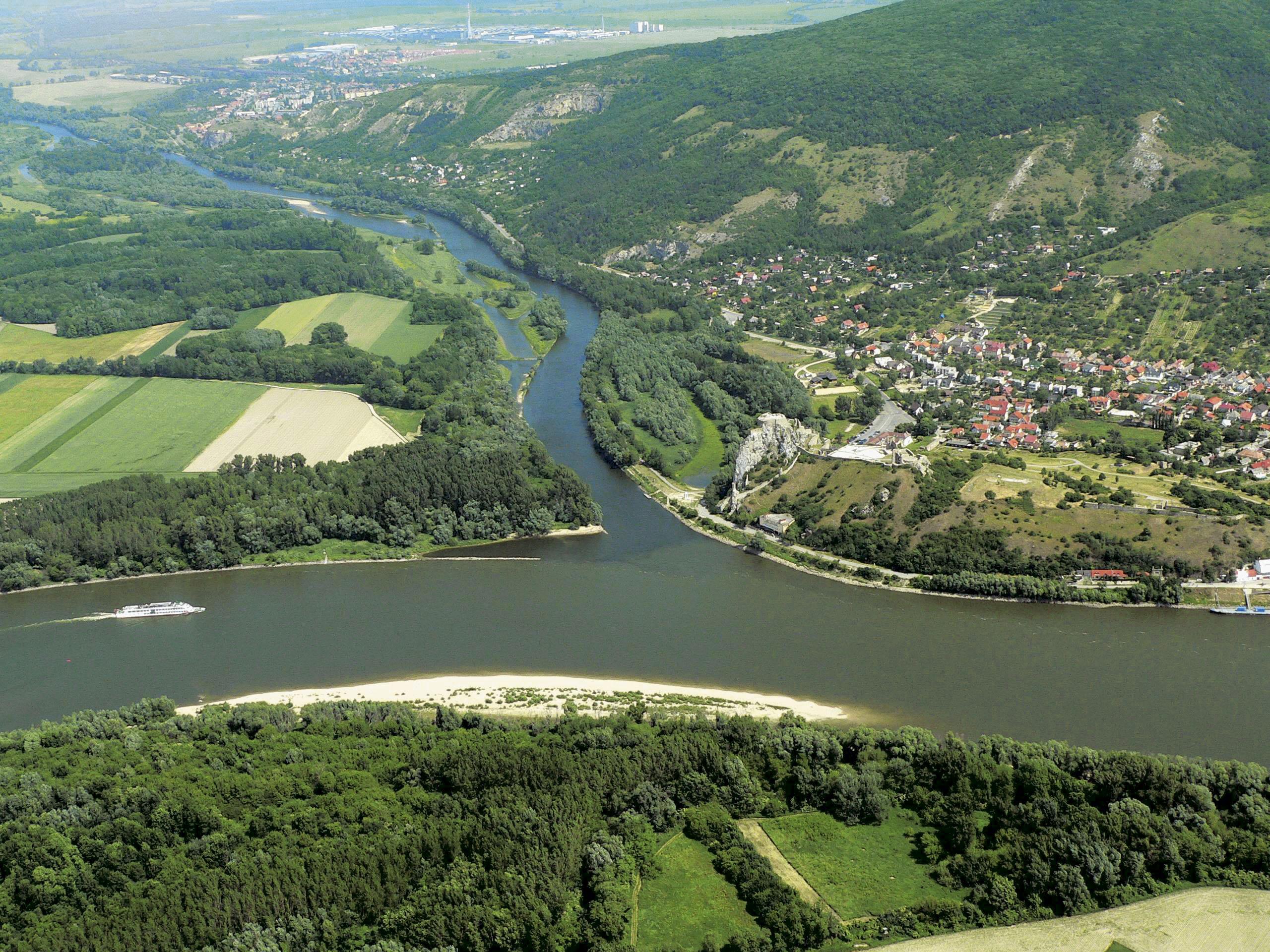 Le confluent du Danube (en bas) et de la Morava (en haut) près de Bratislava en Slovaquie, au pied des ruines de Devin.