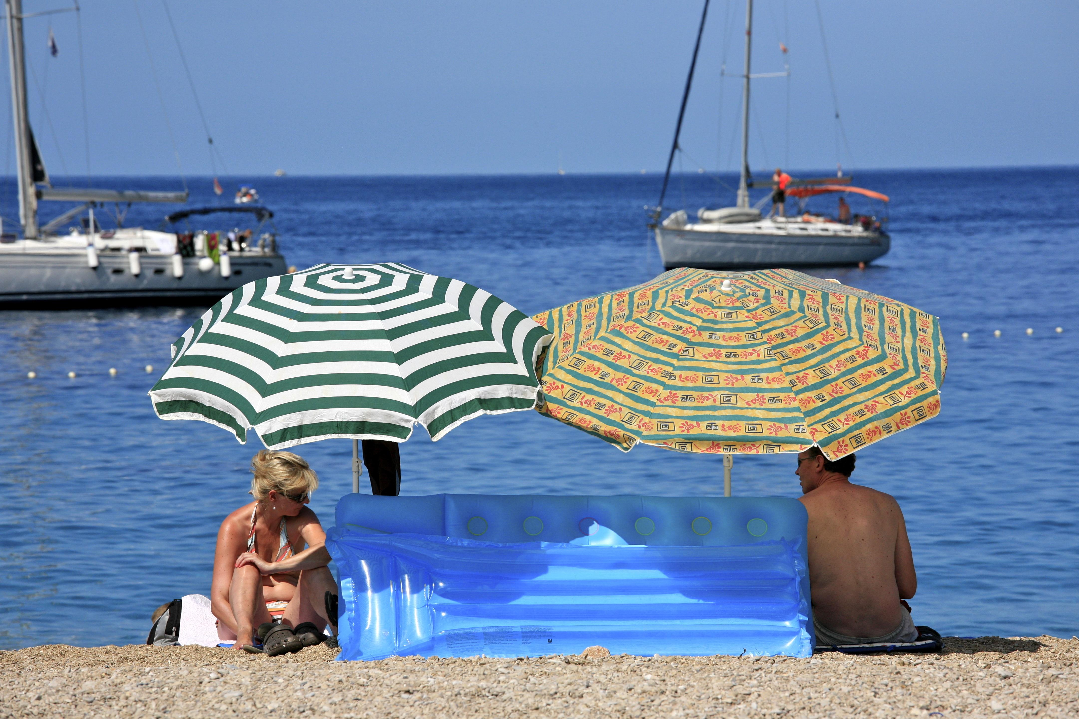 Couple sur une plage de Croatie.