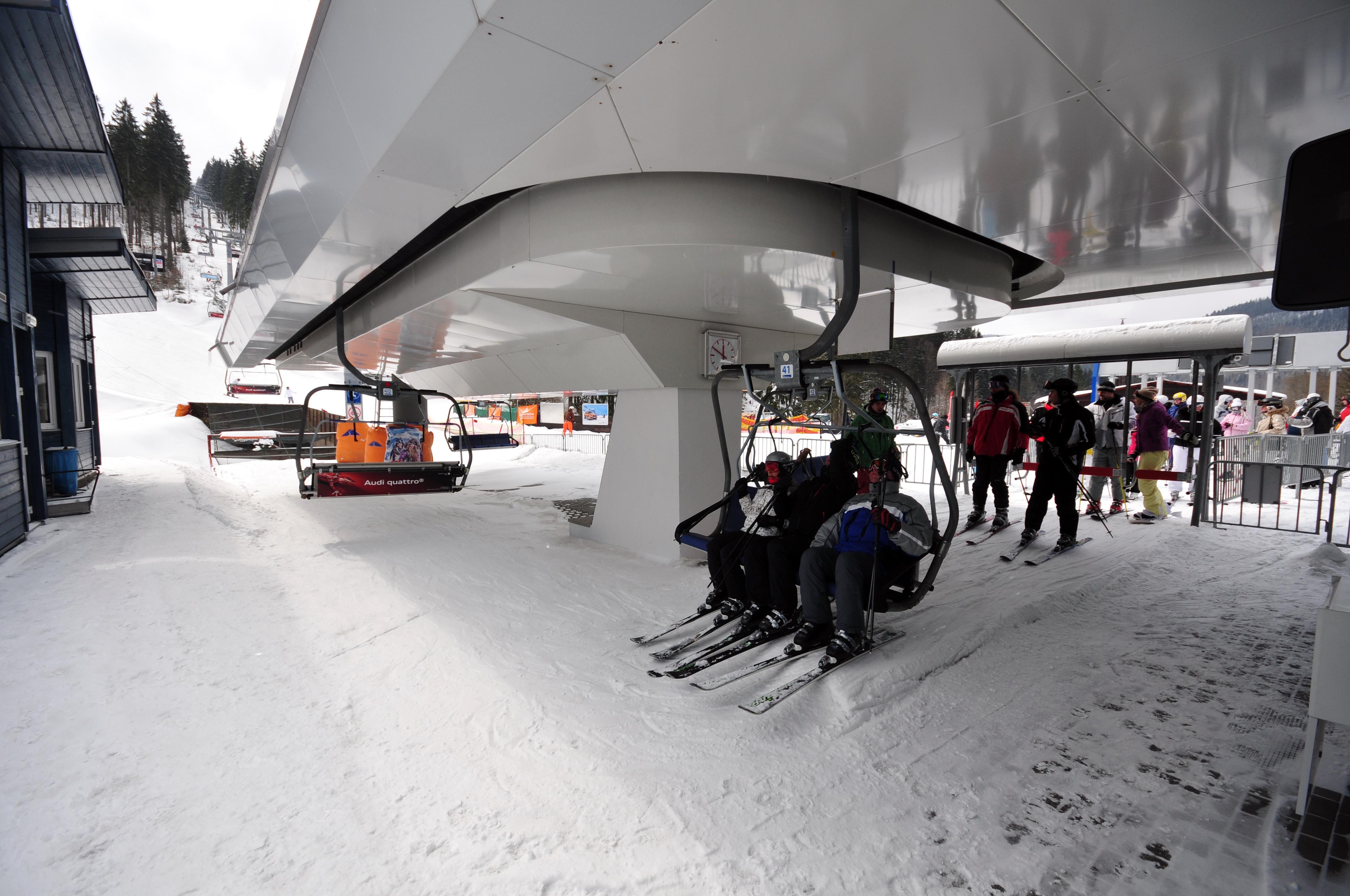 Remontée mécanique dans une station de ski.